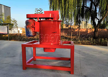 Vertical crusher for small scale organic fertilizer powder making